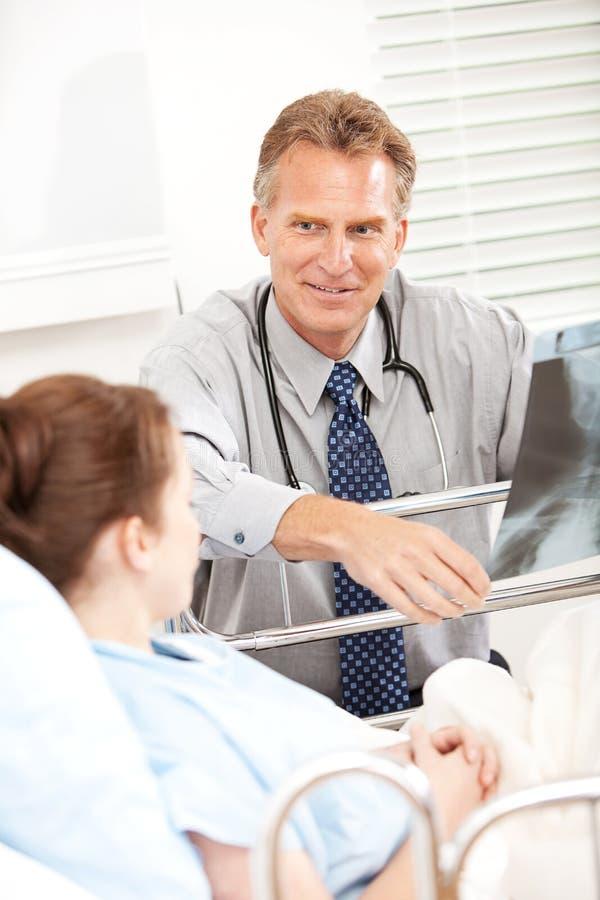 Hospital: Doutor Reviewing Xray com paciente fotos de stock