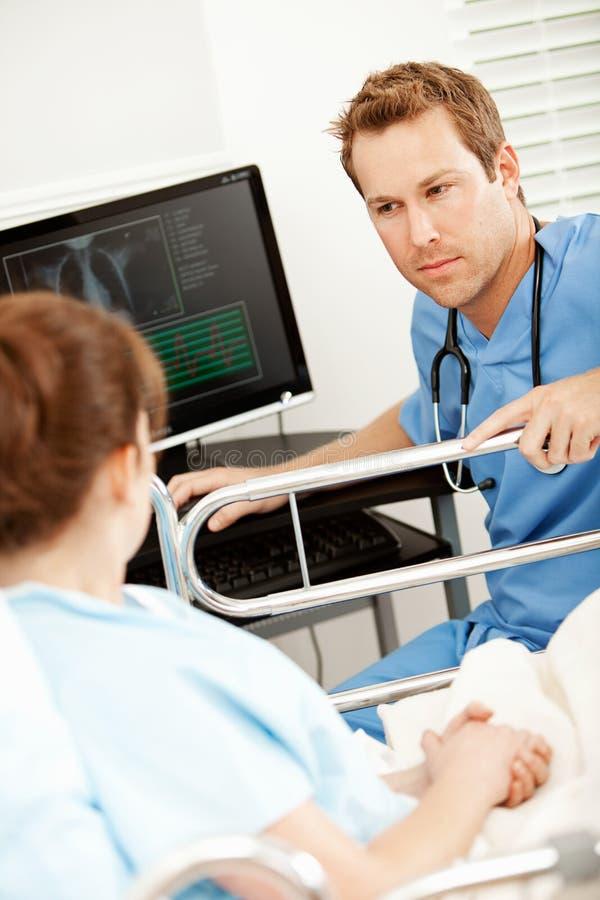 Hospital: Enfermeira Talking ao paciente imagens de stock royalty free