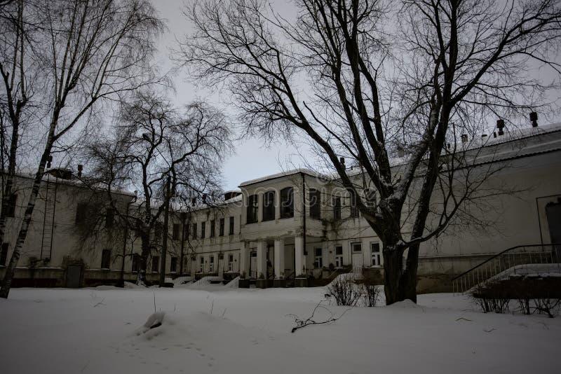 Hospital frecuentado abandonado oscuro y espeluznante en noche fría del invierno fotografía de archivo