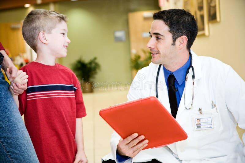 Hospital: Little Boy fala cara a cara com doutor imagem de stock royalty free