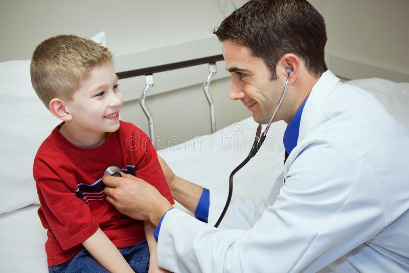 Hospital: Medique o coração do ` s de Listens To Boy na sala do exame imagem de stock royalty free