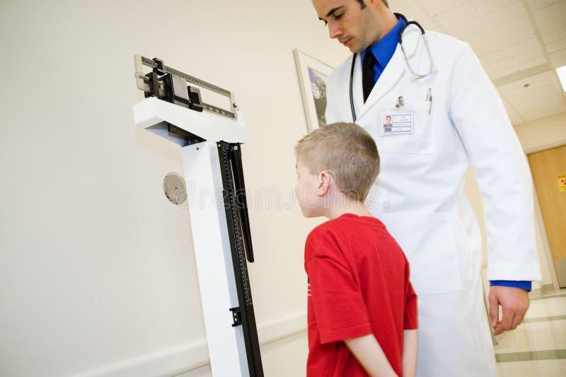Hospital: O menino está na escala para obter pesado fotos de stock
