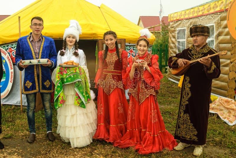 Hospitalidad en la plataforma cultural de la gente del Kazakh fotografía de archivo