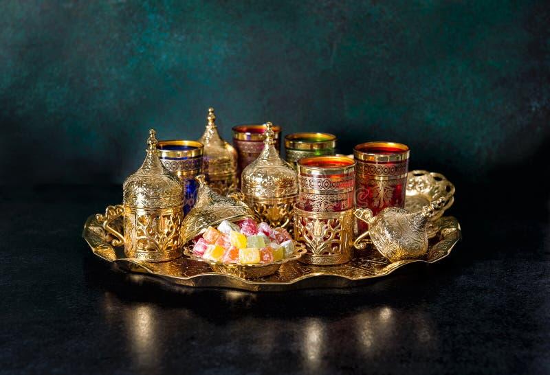 Hospitalidad oriental el Ramadán de los platos de oro de la tabla de té fotos de archivo