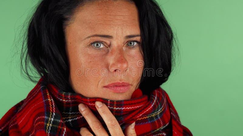 Hostande känsligt trött på för mogen kvinna royaltyfri foto