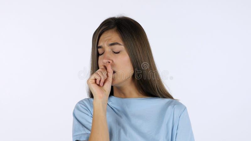 Hostande sjuk härlig flicka, vit bakgrund i studio arkivbilder