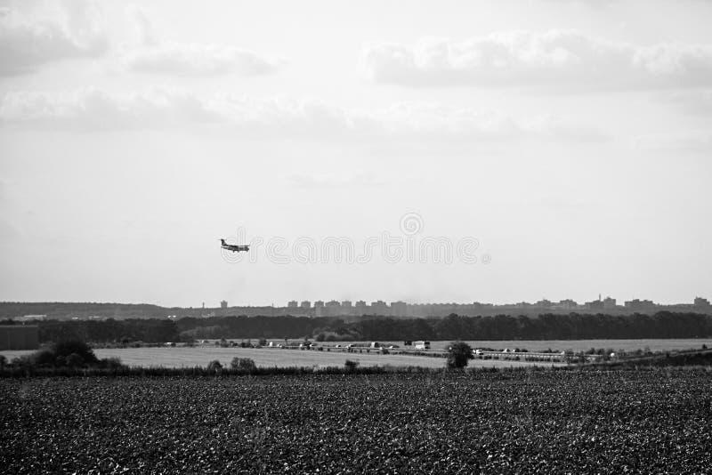 Hostivice, République Tchèque - 16 août 2018 : aeroplain au-dessus de champ et route D6 menant à l'aéroport de Vaclav Havel à Pra photographie stock libre de droits