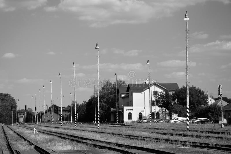Hostivice, République Tchèque - 16 août 2018 : bâtiment de station de train, de lampes, de voies et de village garé de Hostivice  images libres de droits