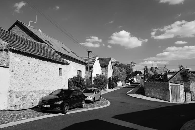 Hostivice, republika czech - Sierpień 16, 2018: domy i parkujący samochodu stojak w Cihlarska ulicie w Hostivice podczas lata pop zdjęcie royalty free
