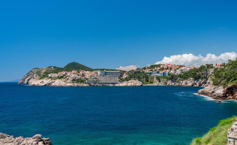 Hotéis e casas de férias perto da cidade velha de Dubrovnik na Croácia fotografia de stock