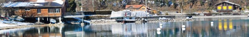 Hotéis no lago com uma reflexão bonita após o inverno, Int fotografia de stock royalty free