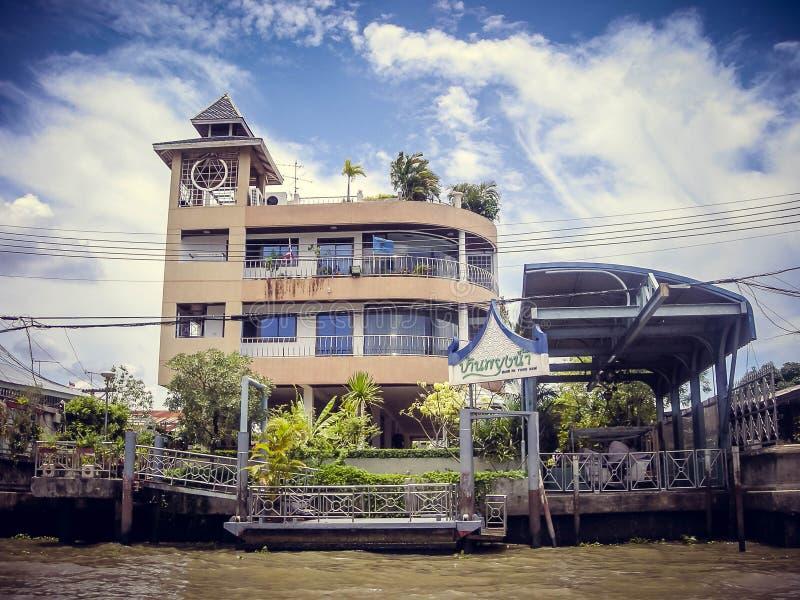 Hotéis pela opinião do rio de um barco em Tailândia fotos de stock