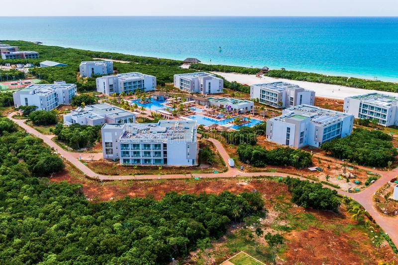 Hotéis sob a construção nas chaves do norte cubanas foto de stock