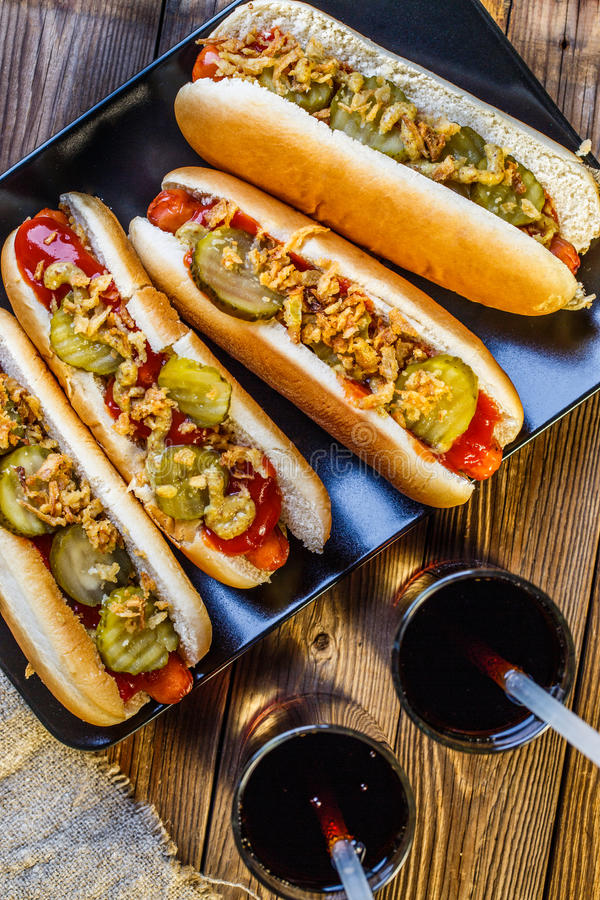 hot dog am ricain avec des conserves au vinaigre des oignons le ketchup la moutarde et la. Black Bedroom Furniture Sets. Home Design Ideas
