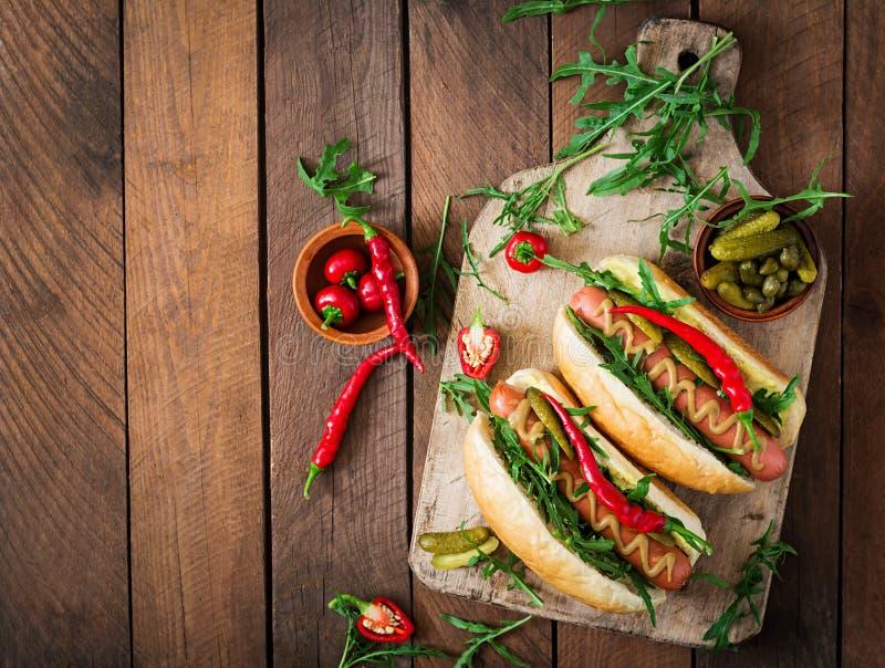 Hot-dog avec des conserves au vinaigre, des câpres et l'arugula images libres de droits