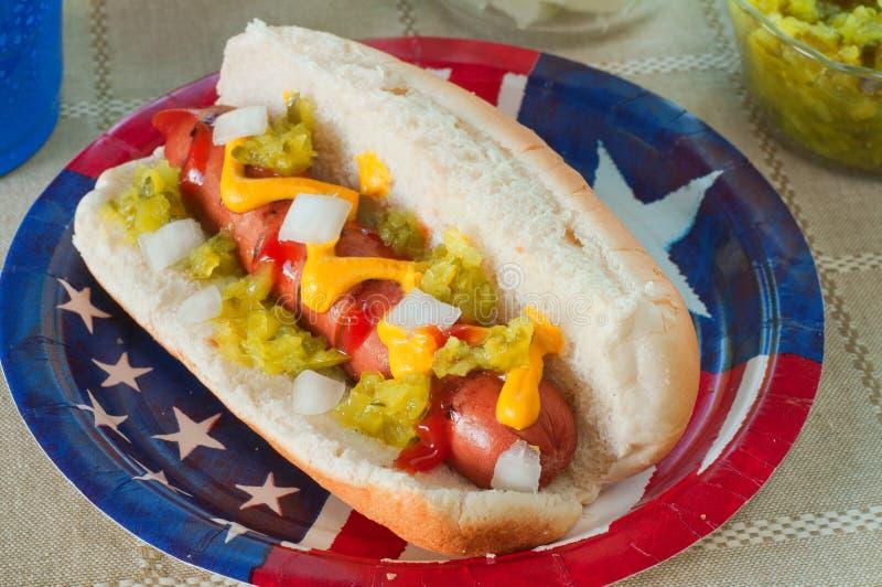 Hot-dog avec les travaux images stock