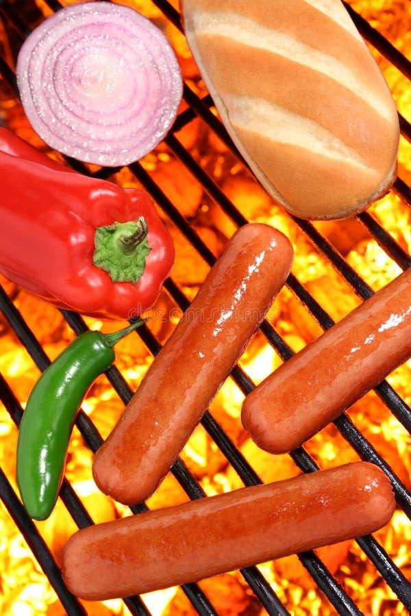 Hot dog, babeczka i veggies na grillu piec na grillu obrazy royalty free