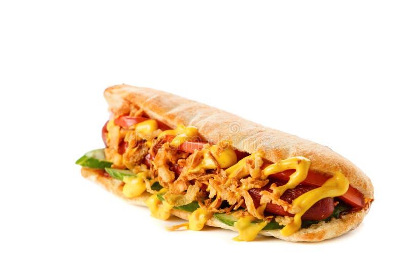 Hot dog con il pomodoro e la salsa su fondo bianco fotografie stock libere da diritti