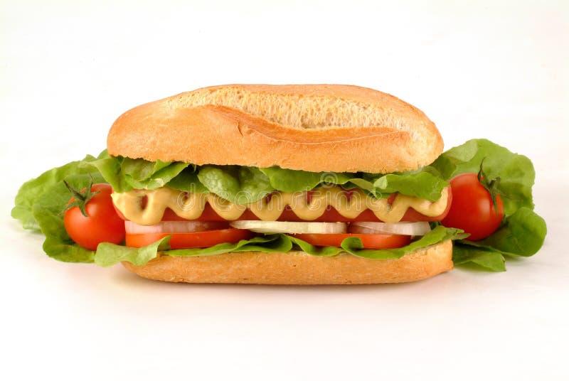 Hot dog con wurstel, formaggio, i pomodori, l'insalata e la senape immagini stock libere da diritti