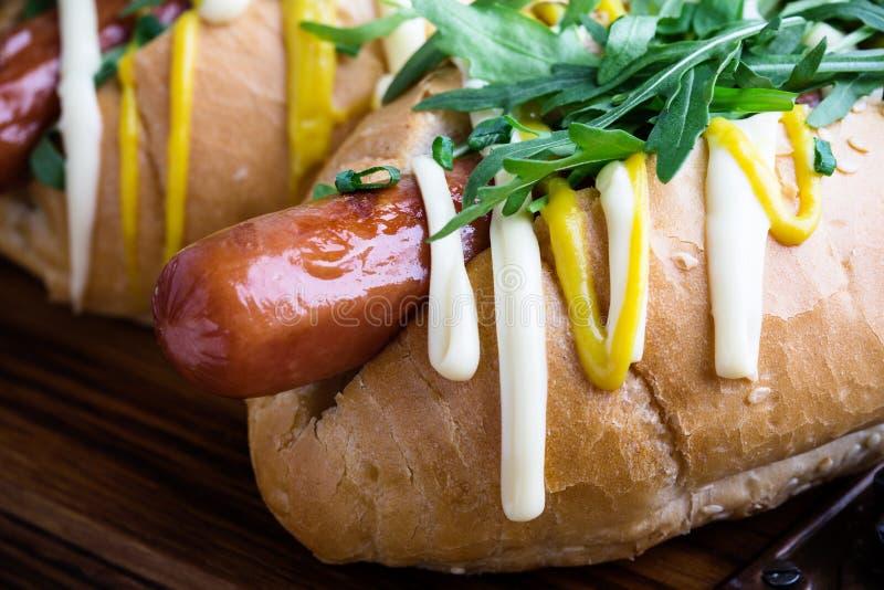 Hot dog del manzo con senape e rucola fotografia stock