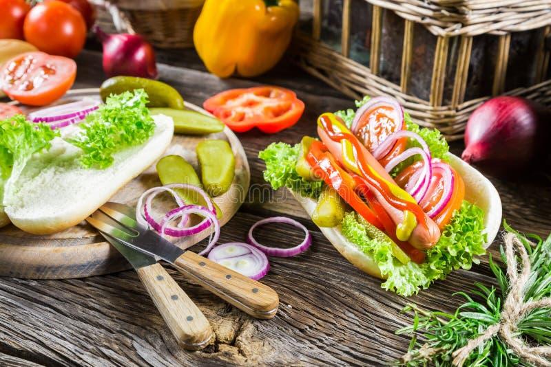 Hot-dog fait avec les ingrédients frais photo stock