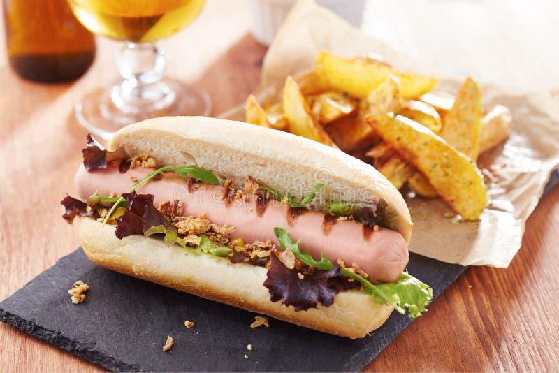 Hot-dog gastronome sur le panneau d'ardoise photographie stock
