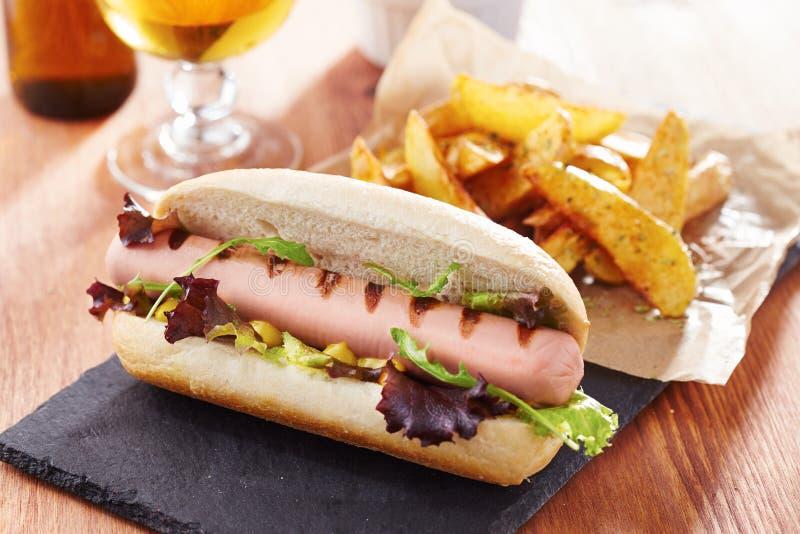 Hot-dog gastronome sur le panneau d'ardoise photos libres de droits
