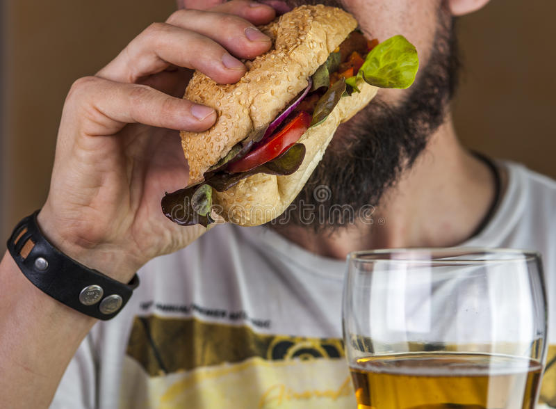 Hot dog mangiatore di uomini barbuto fotografie stock