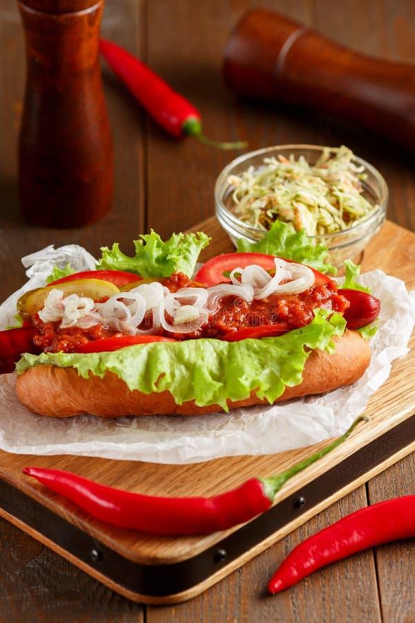 Hot dog na drewnianej tnącej desce zdjęcia royalty free