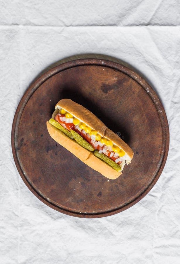 Hot dog tradizionale di stile di Chicago contro fondo bianco immagini stock libere da diritti
