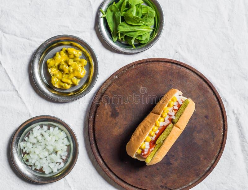 Hot dog tradizionale di stile di Chicago contro fondo bianco fotografia stock libera da diritti