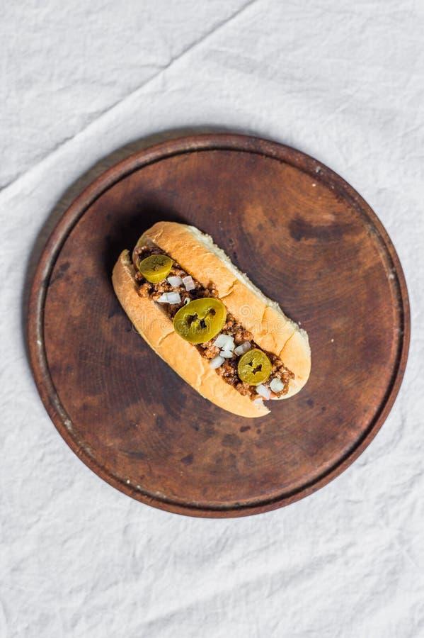 Hot dog tradizionale di stile del Texas contro fondo bianco fotografie stock