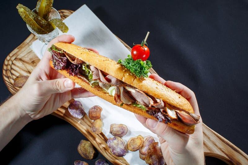 Hot Dog z kiełbasą, musztardą i ketchupem na życiach sałatkowych, obraz royalty free