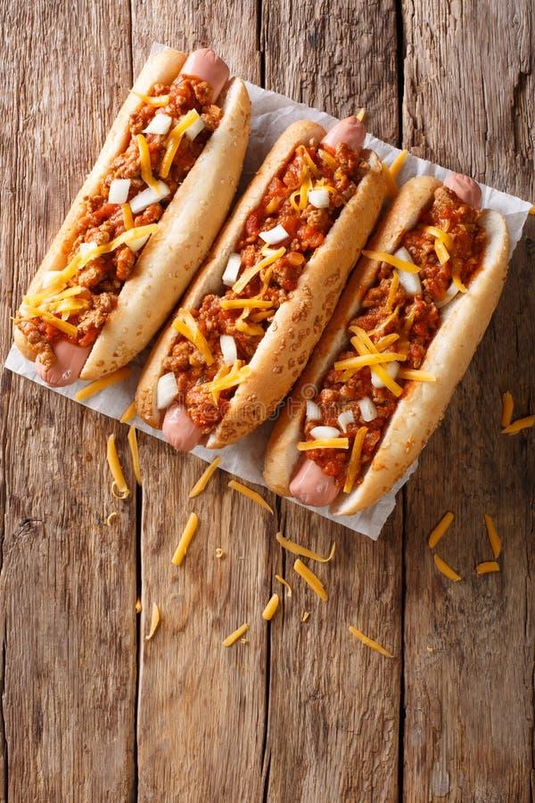 Hot-dogs de piment américain traditionnel avec du fromage de cheddar, oignon a photographie stock
