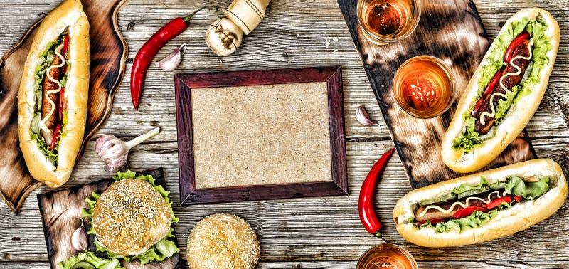 Hot-dogs et bière sur une table en bois Style rustique, hamburgers faits maison de vue supérieure avec du boeuf photo stock