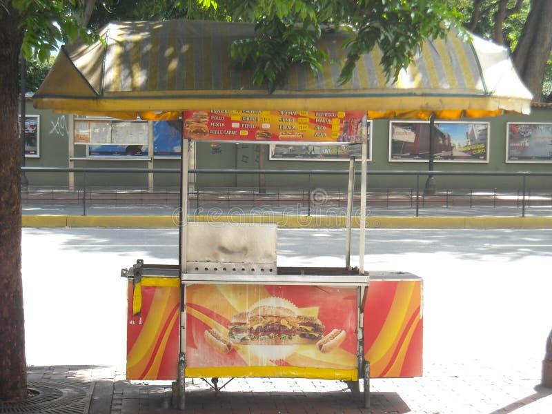 Hot-dogs et voiture traditionnels d'hamburgers dans l'altamira Caracas Venezuela photographie stock libre de droits