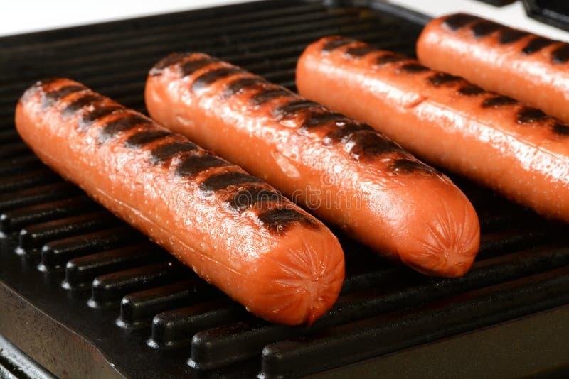 Hot-dogs sur un gril photographie stock libre de droits