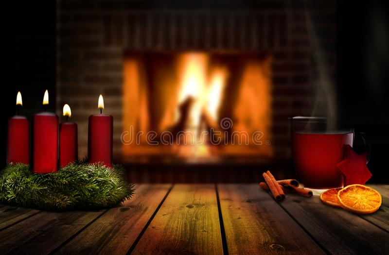 Hot drink with spices at christmas time with candles foto de stock