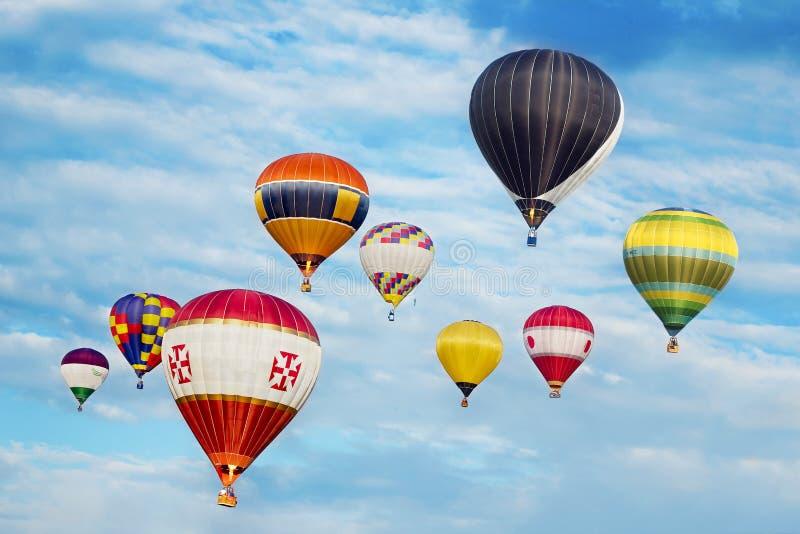 Hot luftar ballonger i flyg fotografering för bildbyråer