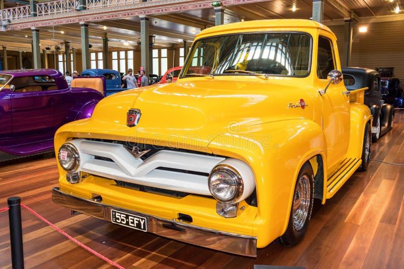 Hot rod amarelo do camionete de Ford fotos de stock royalty free