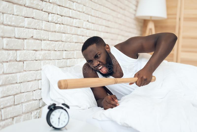 Hotar den ilskna mannen för afrikanska amerikanen baseballslagträet arkivfoton
