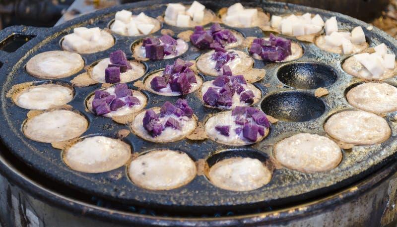 Hotcakes asados a la parrilla del coco-arroz de Kanom Krok, dulce y sabroso asia fotos de archivo