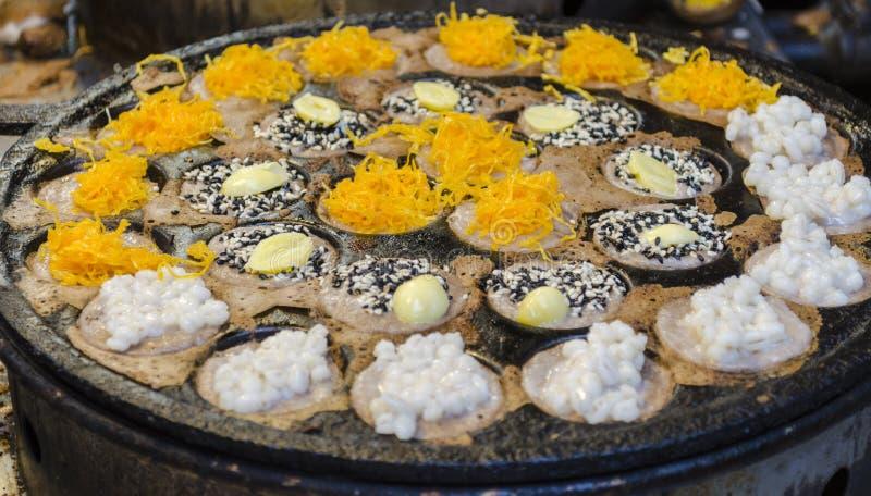 Hotcakes asados a la parrilla del coco-arroz de Kanom Krok, dulce y sabroso asia imagenes de archivo