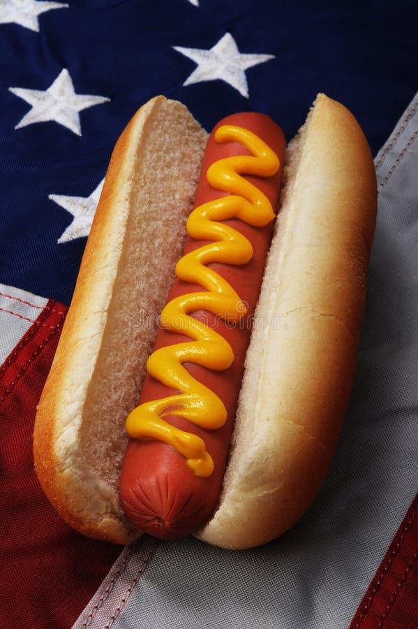Hotdog en de vlag van de V.S. royalty-vrije stock afbeeldingen