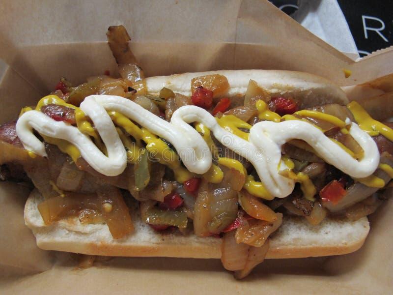 Hotdog geladen am Baseballstadion stockbilder