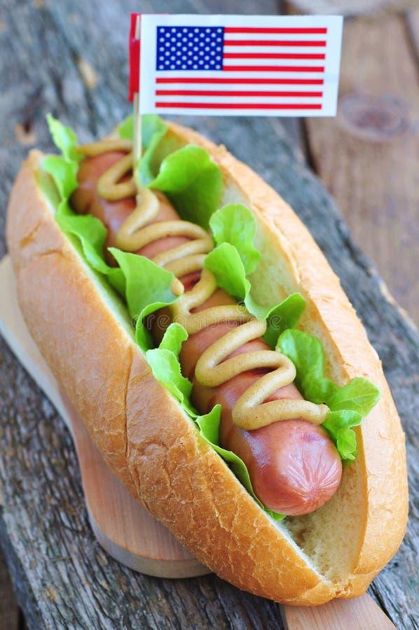 Hotdog kanapka z żółtym musztarda kumberlandem, sałatą i obrazy royalty free