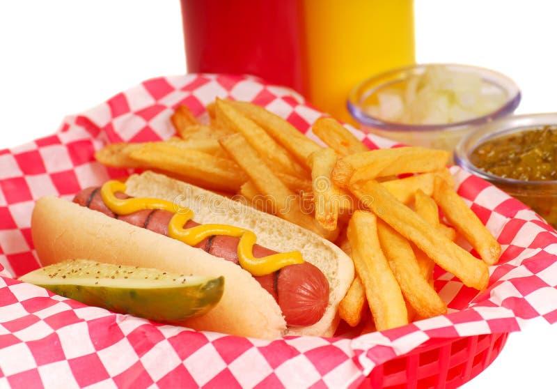 Hotdog met frieten stock afbeeldingen