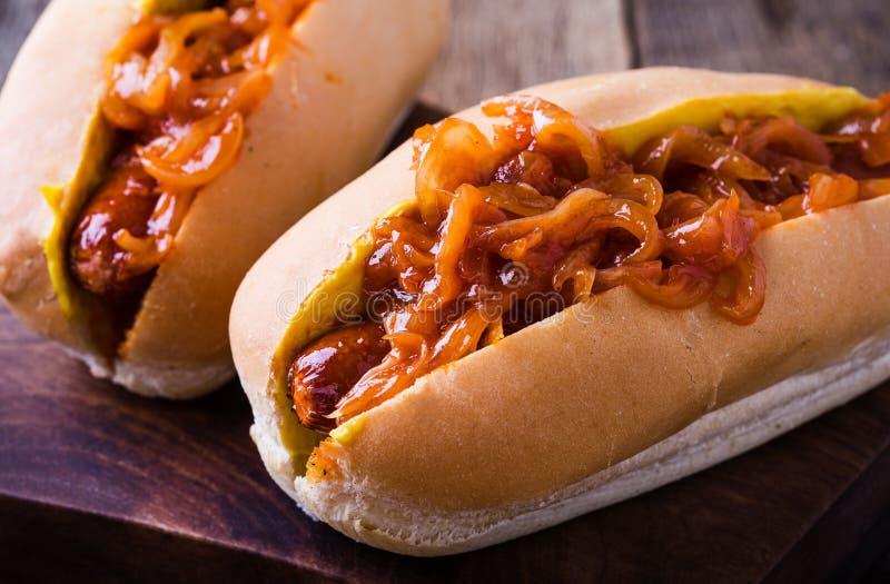 Hotdoge mit der Zwiebelsoße auf die Oberseite lizenzfreie stockfotografie
