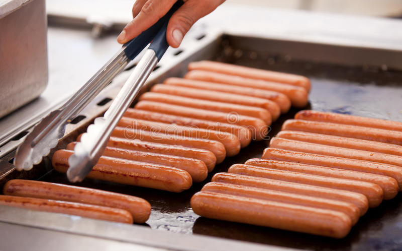 Hotdogs Em Uma Grade Fotografia de Stock Royalty Free