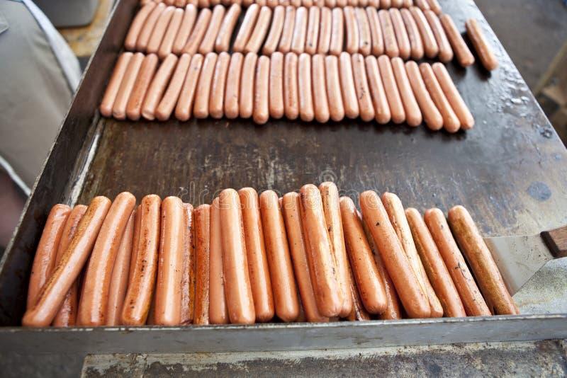 Hotdogs op een Grill stock foto